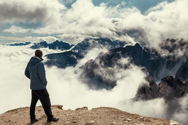 Equipaggi la condizione sul bordo del punto di vista con le alpi della dolomia coperte di nuvole, parco di tre cime di lavaredo
