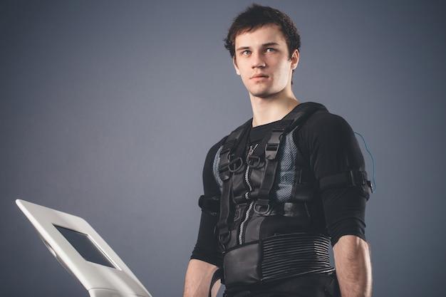 Uomo in piedi vicino a una macchina ems