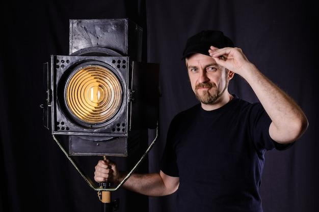 Uomo in piedi vicino a un proiettore cinematografico