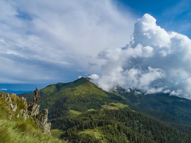 L'uomo in piedi sulla pittoresca montagna