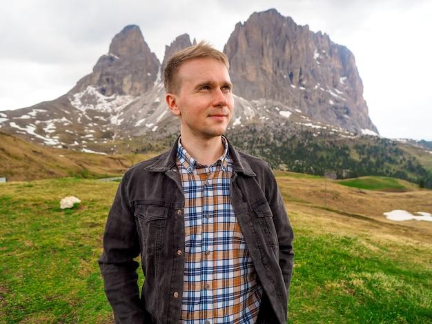 Un uomo si erge sullo sfondo delle dolomiti in italia