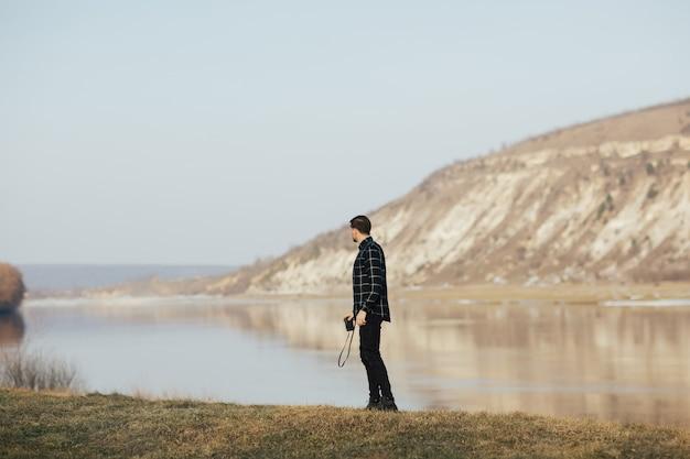 L'uomo si trova vicino al lago in montagna