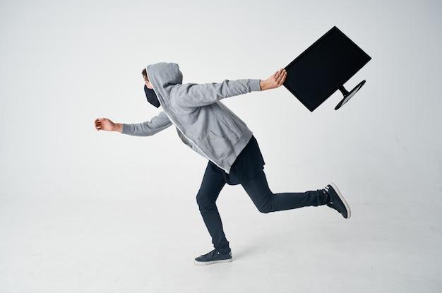 L'uomo ruba l'attrezzatura travestimento fuga crimine sfondo isolato foto di alta qualità