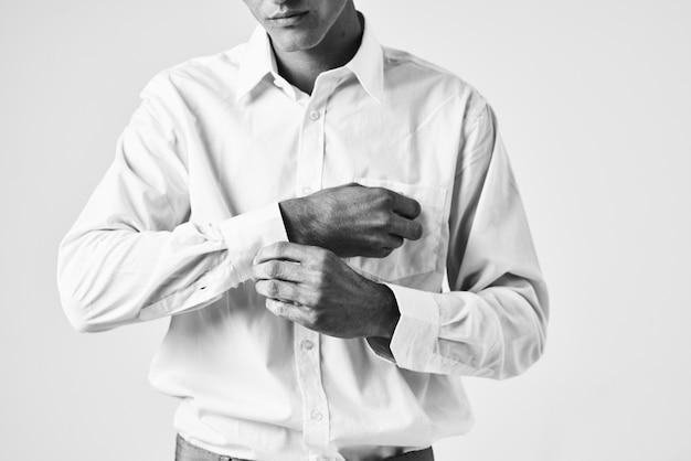 L'uomo raddrizza la posa del modello con la manica della camicia