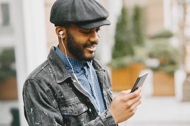 L'uomo della strada. concetto di affari. ragazzo con il cellulare.