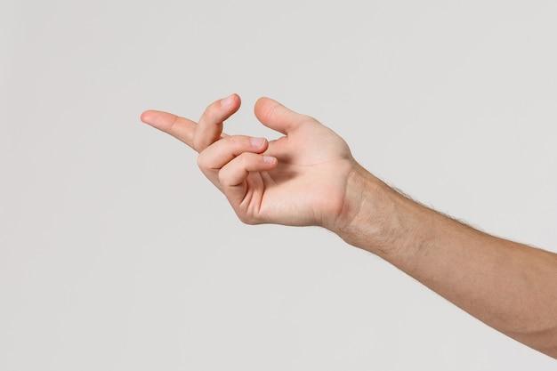 Uomo che allunga la mano alla stretta di mano isolata su un fondo bianco