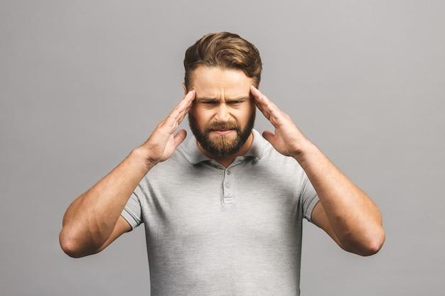 Uomo che soffre di mal di testa