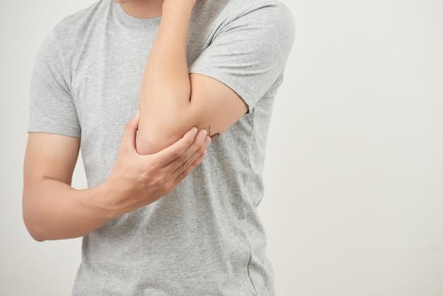 Uomo che soffre di dolori articolari, dolori alle ossa del braccio, artrite, gotta, sintomi reumatoidi, malattie radioattive; uomo malato, concetto di uomo malato di osteoporosi maschile, osso ferito, lesioni, dolore, artrite, gotta