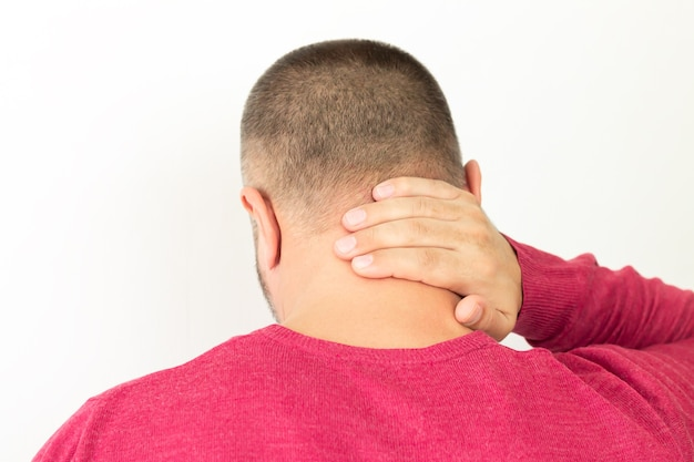 Uomo che soffre di dolore al collo o alla colonna vertebrale cervicale, vista posteriore