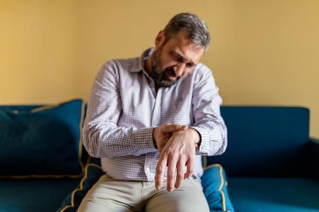 Uomo che soffre di dolore al polso