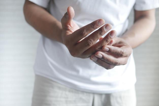 Uomo che soffre di dolore alla mano da vicino