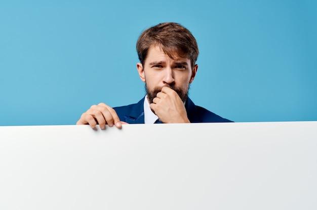 Uomo in tuta pubblicità banner esecutivo presentazione copia spazio