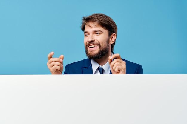 Uomo in tuta pubblicità banner esecutivo presentazione copia spazio.