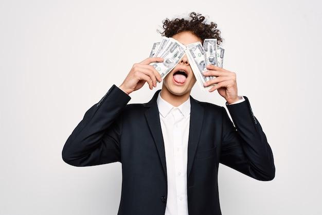 Uomo in giacca e cravatta un pacco di soldi nelle mani