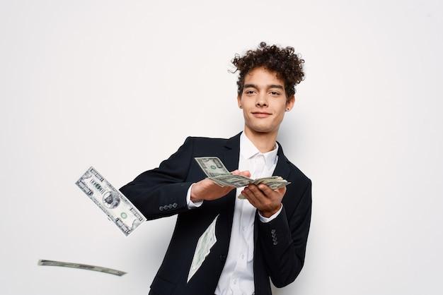 Uomo in vestito capelli ricci soldi affari fiducia in se stessi