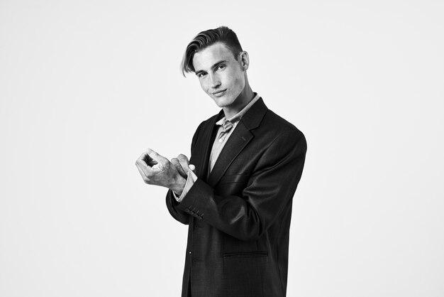 Uomo in abito moda giacca acconciatura sfondo grigio