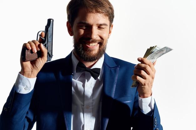 Uomo in tuta pistola soldi gangster affari sfondo chiaro.