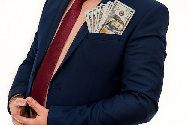 L'uomo in tuta tiene molti soldi noi dollaro, isolato su bianco. affari o concetto di finanza. salvataggio