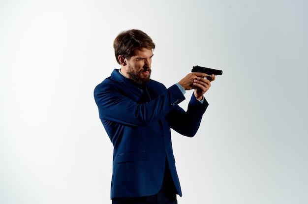 Uomo vestito che tiene un lavoro di stile di vita di pericolo detective pistola.