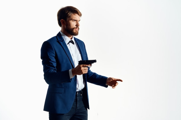 Uomo in tuta azienda pistola gangster stile di vita criminalità sfondo isolato.