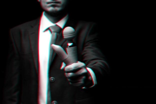 L'uomo in giacca e cravatta tiene in mano vibratori rosa per il sesso. bianco e nero con effetto di realtà virtuale glitch 3d