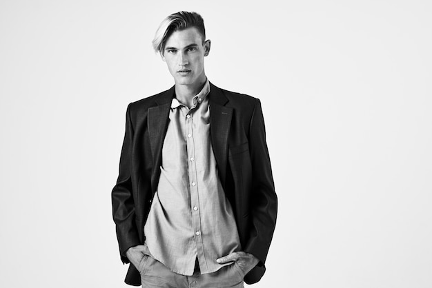 Uomo in abito su sfondo isolato sfondo chiaro ritagliato