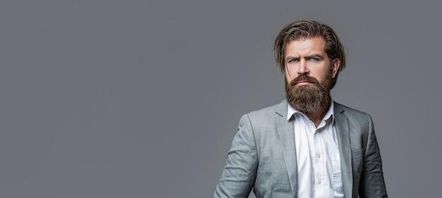 Uomo in tuta. barba e baffi maschili. uomo elegante in tailleur. maschio sexy, macho brutale, hipster. uomo in smoking. uomo bello elegante in vestito. bello uomo d'affari barbuto in abiti classici.