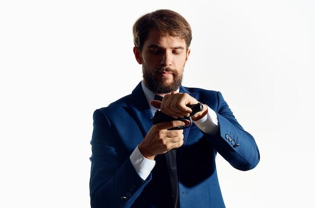Un uomo in una mitragliatrice del vestito che tiene la mafia dei soldi.
