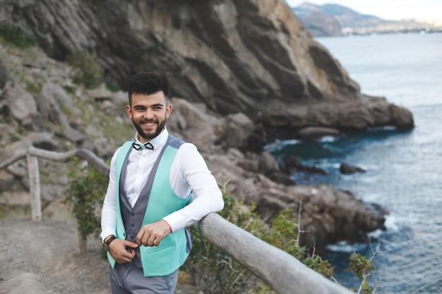 Uomo in tuta in natura. ritratto dello sposo. sorrisi.
