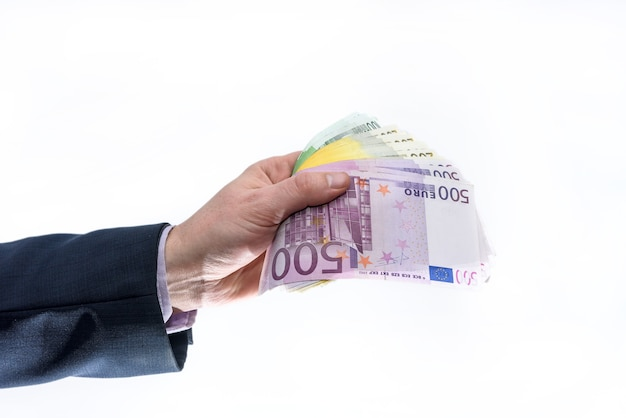 Uomo in tuta che offre banconote in euro isolate su bianco