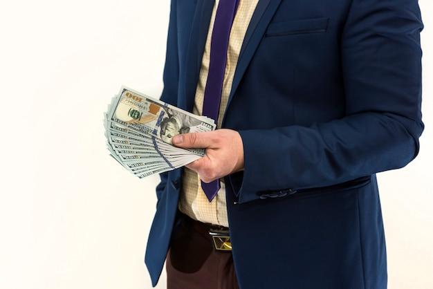 Un uomo in giacca e cravatta offre una tangente per un prodotto o servizio