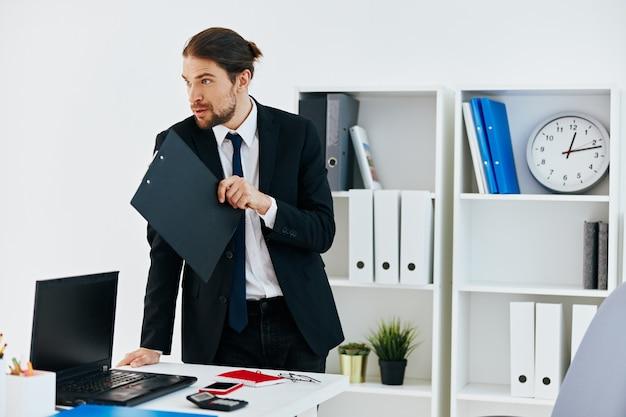 Uomo in giacca e cravatta in ufficio con documenti lifestyle