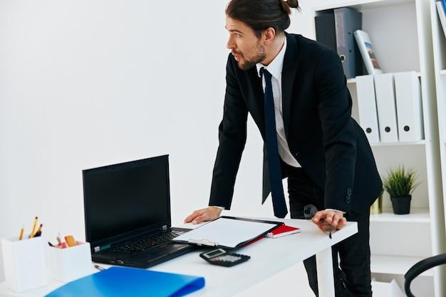 Uomo in giacca e cravatta documenti ufficiali lavoro dirigente d'ufficio