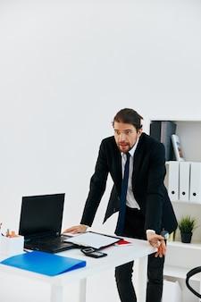 Uomo in tuta documenti ufficiali lavoro stile di vita in ufficio