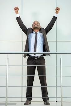L'uomo in tuta alzò le mani e sorride.