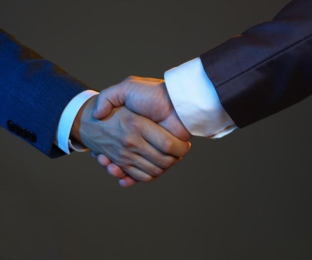 L'uomo in vestito stringe la mano come ciao in ufficio