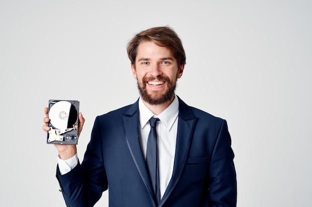 Un uomo vestito di tecnologia hard disk informazioni