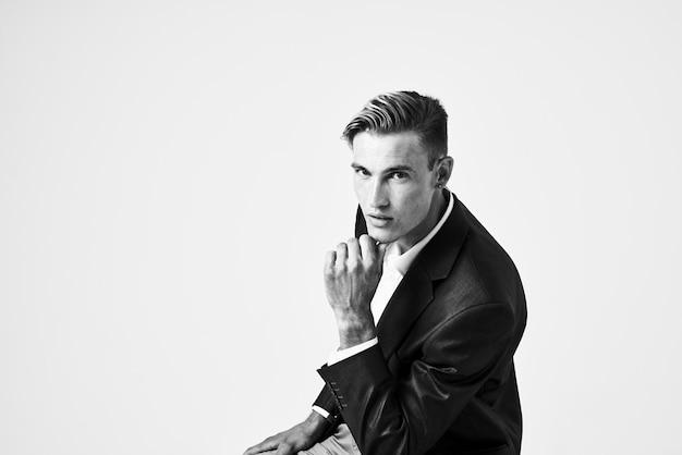 Uomo in abito acconciatura alla moda in posa stile moderno di moda