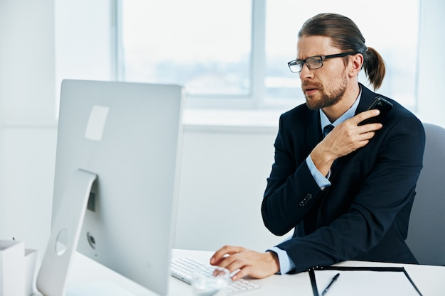 L'uomo in giacca e cravatta con gli occhiali ha fiducia in se stesso capo del lavoro