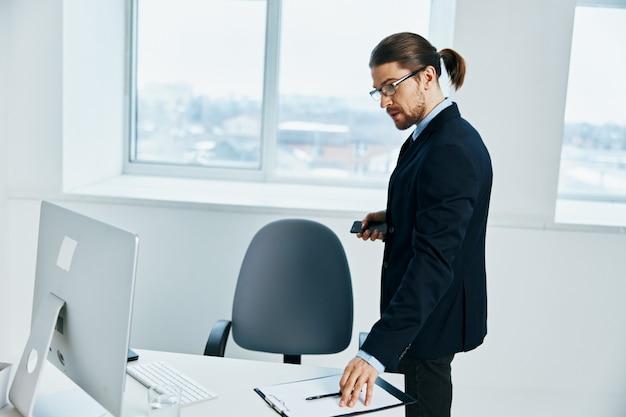 L'uomo in giacca e cravatta con gli occhiali fiducia in se stessi dirigente del lavoro