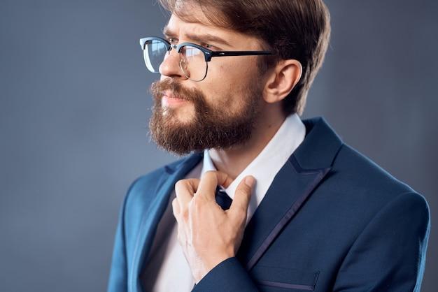 L'uomo in giacca e cravatta con gli occhiali successo lavoro sfondo scuro