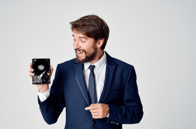 Un uomo in giacca e cravatta con le emozioni del recupero delle informazioni del disco rigido