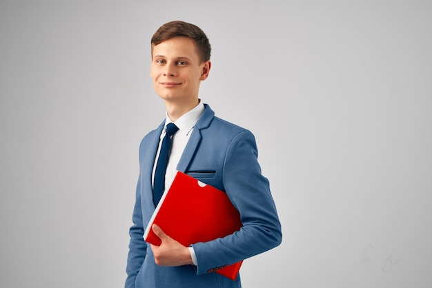 Uomo vestito con cartella rossa documenti ufficio ufficiale