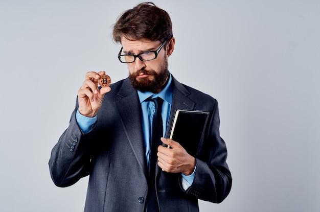 Uomo in giacca e cravatta con economia di moneta elettronica di criptovaluta