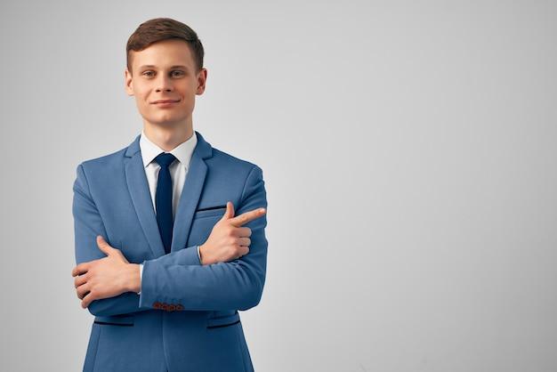 Uomo in abito da lavoro manager ufficio professionale