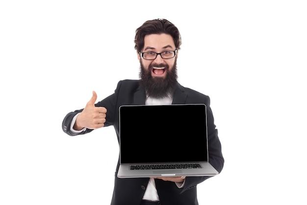 Uomo in suite che tiene laptop digitale e che mostra pollice in su, isolato su spazio bianco