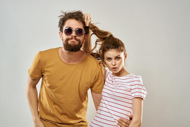 Uomo in occhiali da sole accanto alla donna in maglietta a righe emozioni comunicazione studio divertimento