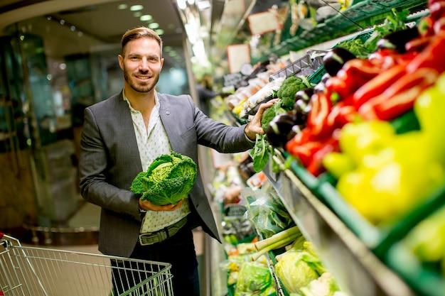 Uomo in un supermercato