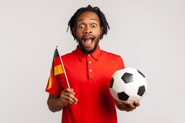 Uomo che sostiene la squadra di calcio tedesca sul campionato, tifo e saluto, patriottismo.
