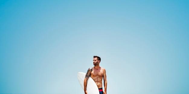 Uomo surf hobby beach concept